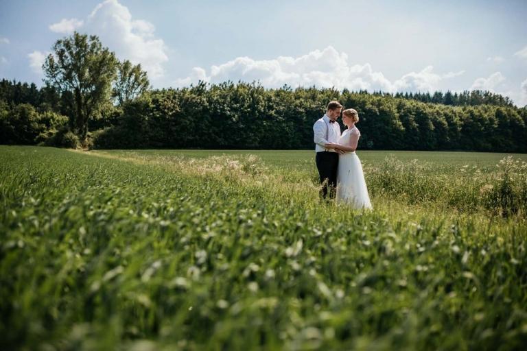 Hochzeitsfotografie Bielefeld - Brautpaarshooting auf dem Feld
